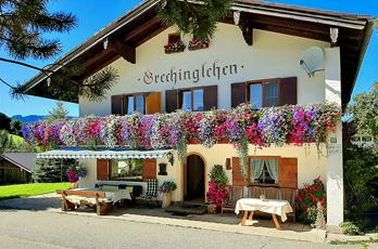 Guesthouse Grechinglehen on Obersalzberg. A day of skiing on Rossfeld is topped off with a panoramic view of the Watzmann and Berchtesgaden Alps, the Austrian Dachstein and Tennen Mountains and the Salzach Valley as far as Salzburg.