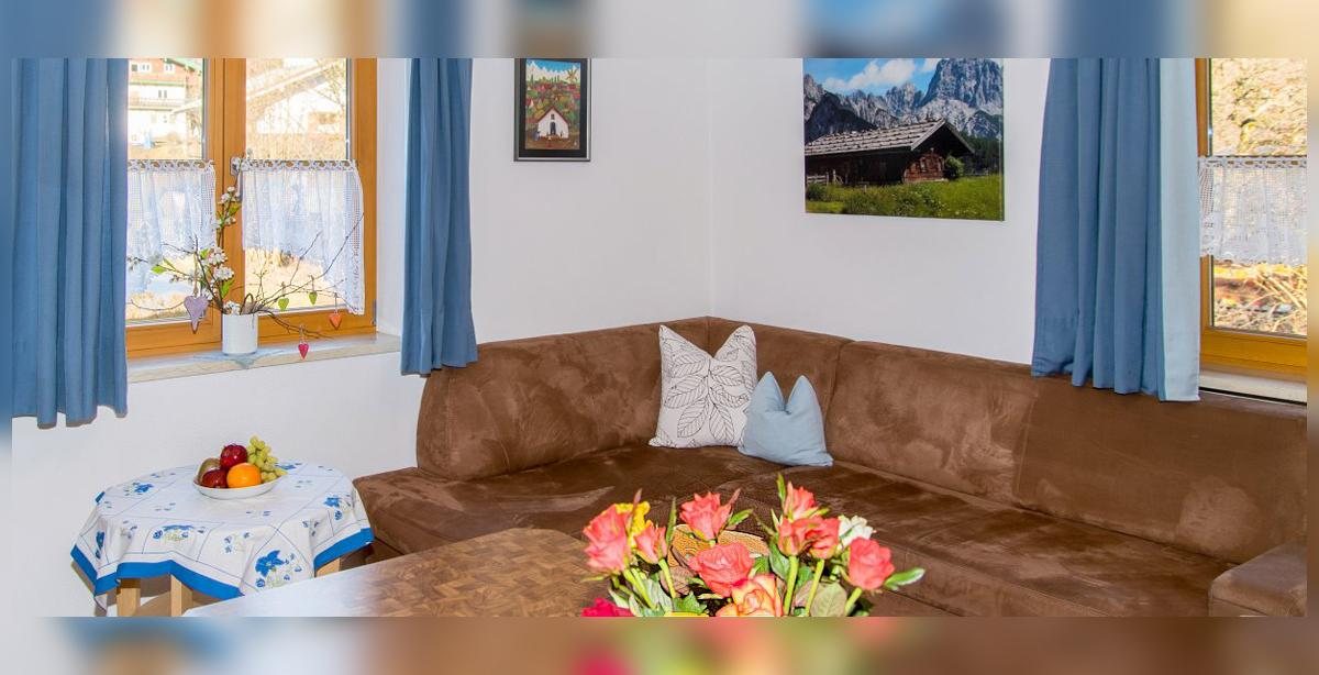 Brandner_Gaestehaus-Salzgau_Appartement-3_Couchgarnitur.jpg