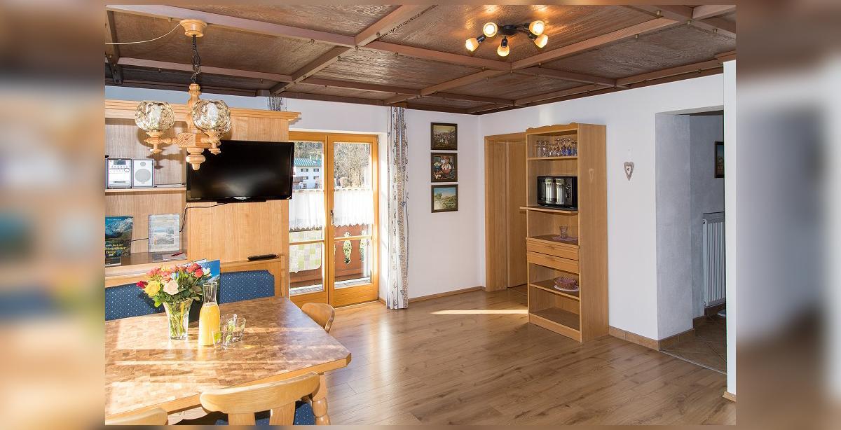 Brandner_Gaestehaus-Salzgau_Fewo-1_Wohnraum.jpg