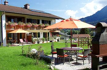 Apartments for 2-3 persons with balcony or terrace and large garden with sunbathing area in Schönau at Königssee