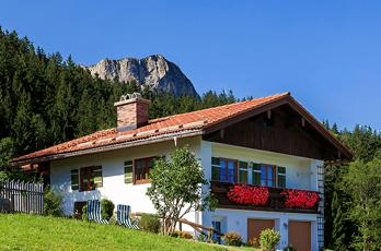 Welcome to our small farm in the Maria Gern, a district of Berchtesgaden. At about 1,000 meters you can enjoy your best days of the year in peace and quiet in a secluded location.