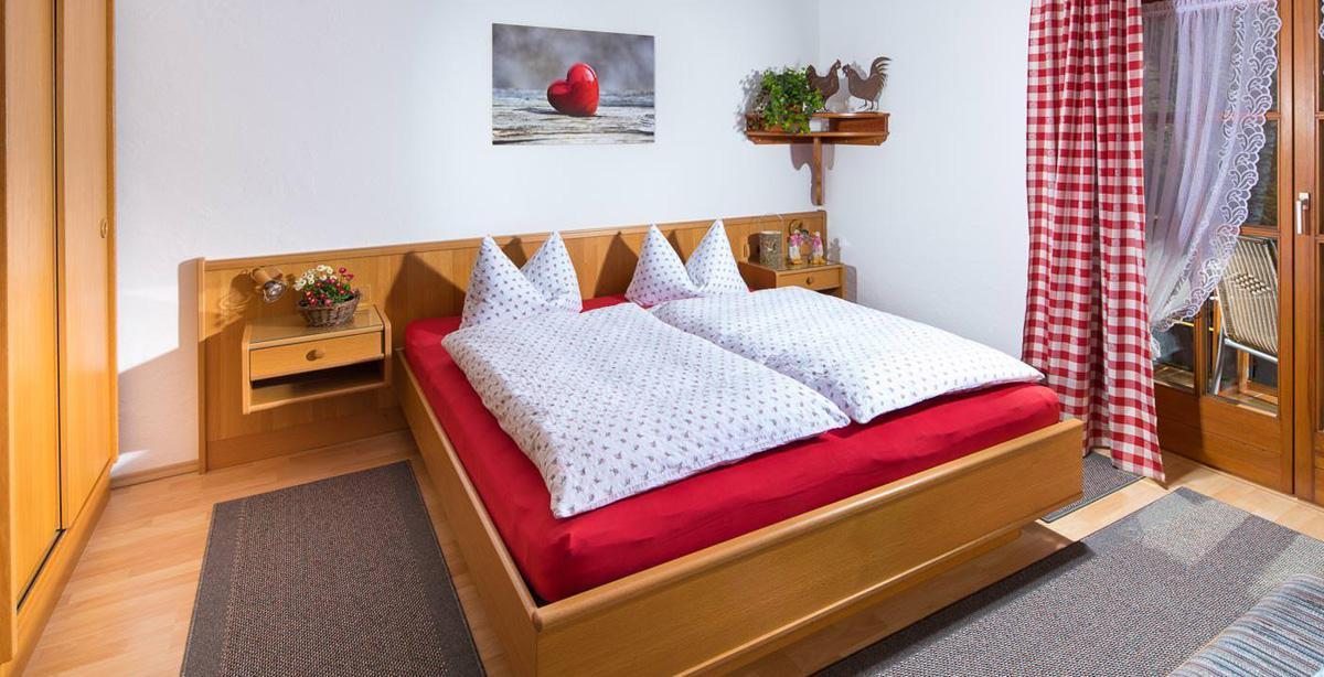 Gaestehaus-Alpengruss_Fewo_2_Schlafzimmer.jpg