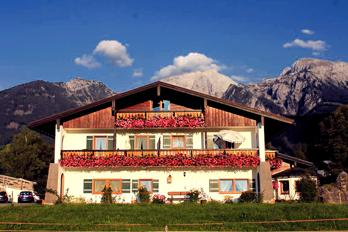 Only 10 meters from the guesthouse you will find our rustic, cozy inn in the heart of the Schönau. The beautiful sun terrace offers beautiful mountain views of the Grünstein and the Watzmann.