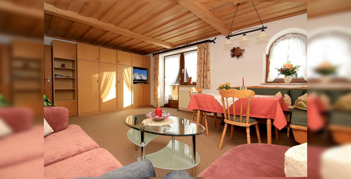 1_Hettegger-Ferienwohnung-Obergeschoss-Essecke.jpg