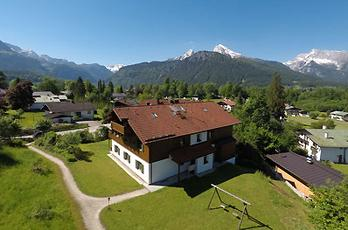 Farm holidays in Berchtesgaten in Upper Bavaria. 2 comfortably and comfortably furnished apartments on the ground floor of the house with terrace and garden offer you a wonderful view of the mountains