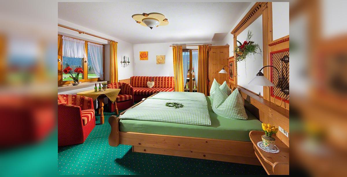Bauernhof-Tiembachhof_Dreibettzimmer_Gaestezimmer.jpg