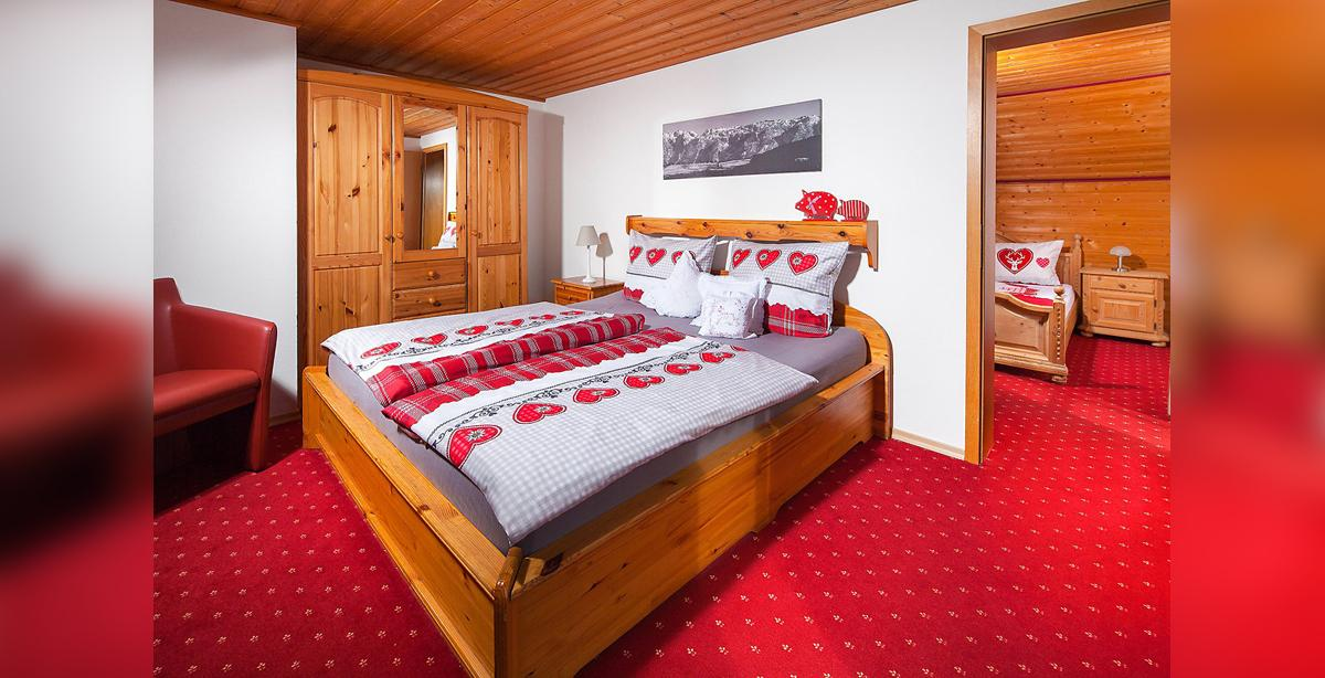Ferienwohnung_Kneifelspitze-zweites-Schlafzimmer.jpg