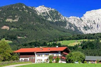 Holidays in Untersulzberlehen, beautiful view of the entire Berchtesgaden mountains, rich breakfast, family-friendly recreational opportunities.